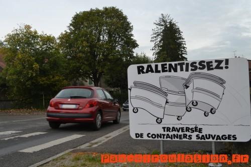 Des-panneaux-de-ralentissement-originaux-dans-un-village-de-Haute-Savoie-containers