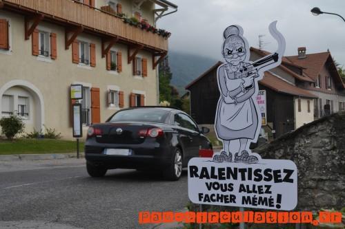 Des-panneaux-de-ralentissement-originaux-dans-un-village-de-Haute-Savoie-meme