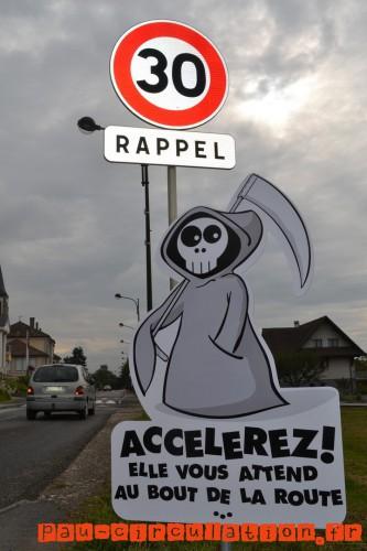 Des-panneaux-de-ralentissement-originaux-dans-un-village-de-Haute-Savoie-mort