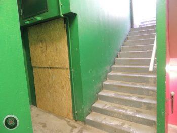 A gauche localisation de l'emplacement du nouvel ascenseur accessible aux P.M.R